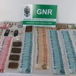 Police swoop on drug-dealing duo (Drug dealing duo caught red-handed by GNR police in Fuseta).