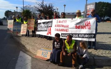 Anti-tolls group protests in Tavira on eighth anniversary of motorway tolls