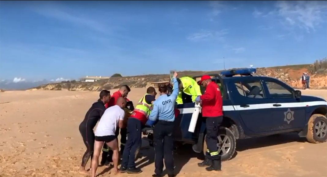 British women saved from drowning by heroic surfers and policewoman in Albufeira