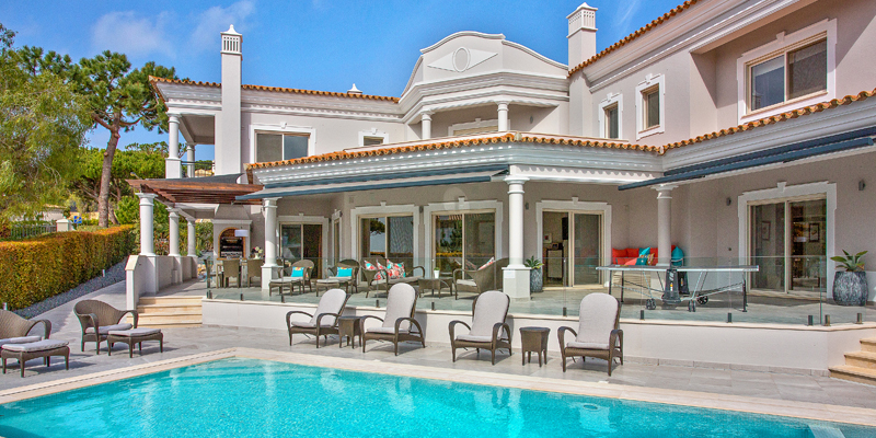 View of the façade one of the villas Sandy Blue has in its rentals portfolio